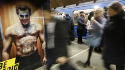 Sejumlah penumpang bersiap menaiki kereta di stasiun metro bawah tanah kota  yang dipenuhi dengan mural di Kyiv, Ukraina, Rabu, (29/1/2020). (AP Photo / Efrem Lukatsky)