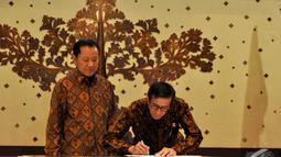 Menkum HAM Yosanna Laoly menandatangani nota berita acara didampingi Mantan Menkum HAM Amir Syamsuddin saat serah terima jabatan, Jakarta, Senin (27/10/2014). (Liputan6.com/Miftahul Hayat)