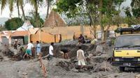 Warga menambang pasir di pemukiman yang tertimbun pasir di Desa Sirahan, Magelang, Jateng. Sebagian besar warga korban banjir lahar dingin Merapi beralih profesi menjadi buruh menambang pasir.(Antara)