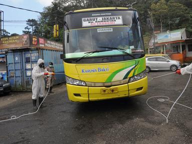 Anggota Batalyon B Brimob Cipanas melakukan penyemprotan disinfektan saat penyekatan arus lalu lintas di kawasan Ciloto, Cianjur, Jawa Barat, Jumat (17/4/2020). Penyemprotan yang dilakukan selama 20 hari tanpa henti ini untuk mencegah penyebaran virus corona COVID-19. (merdeka.com/Arie Basuki)