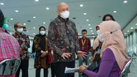 Menteri Koperasi dan UKM Teten Masduki meninjau proses vaksinasi terhadap pelaku UMKM di Yogyakarta.