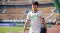 Striker Persebaya, Rishadi Fauzi terpaksa tidak pulang kampung ke Tangerang pada awal Ramadan ini. (Bola.com/Zaidan Nazarul)