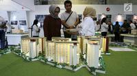 Calon pembeli melihat maket plan tower apartemen pada pameran Indonesia Property Expo 2018 di JCC Jakarta, Senin (24/9). Perusahaan konstruksi BUMN ini menginvestasi Rp1,2 T di atas lahan seluas 1,96 hektar. (Liputan6.com/Fery Pradolo)
