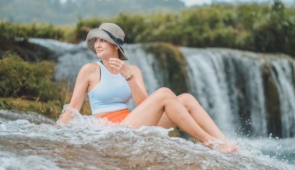 Sebagai seorang model, tentunya Luna Maya memiliki beberapa fashion item yang kerap menjadi andalannya saat sedang liburan. Salah satunya yakni topi pantai. (Liputan6.com/IG/lunamaya)