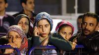 Kecemasan menyelimuti raut wajah beberapa keluarga penambang yang menanti kabar di sekitar tambang batu bara di Soma, Turki, (14/5/2014). (REUTERS/Osman Orsal)