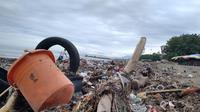 Sampah menumpuk di Pantai Padang pada Selasa (12/1/2021). (Liputan6.com/ Novia Harlina)