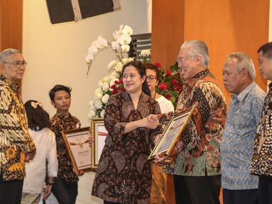 Menko PMK, Puan Maharani memberikan penghargaan Prestasi Penyelenggaraan Lebaran 2017 kepada Menteri Perdagangan, Enggartiasto Lukita di Jakarta, Selasa (1/8). UKP-PIP memberi penghargaan kepada 15 instansi pemerintah. (Liputan6.com/Faizal Fanani)