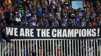 Suporter membentangkan spanduk saat menyaksikan laga Arema FC melawan PBFC di final Piala Presiden 2017 di Stadion Pakansari, Kab Bogor, Minggu (12/3). Arema FC juara Piala Presiden 2017. (Liputan6.com/Helmi Fithriansyah)