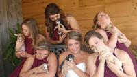 Samantha Clark (23) dan pengiring pengantinnya yang mengganti buket bunga dengan anak anjing di pernikahan (AHeinz57 Pet Rescue and Transport)