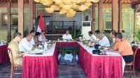 Presiden Joko Widodo atau Jokowi saat memimpin rapat terbatas mengenai pengembangan destinasi wisata Labuan Bajo di Plataran Komodo, Senin (20/1/2020). ( Foto: Biro Pers Setpres)