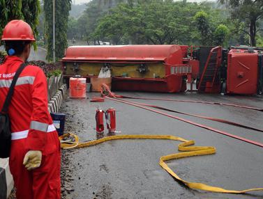20160415-Terbalik, Truk Tangki BBM Bermuatan Penuh Tutupi Ruas Jalan Tegar Beriman-Jakarta