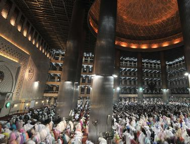 Khusyuk, Ribuan Jemaah Salat Tarawih Pertama di Masjid Istiqlal