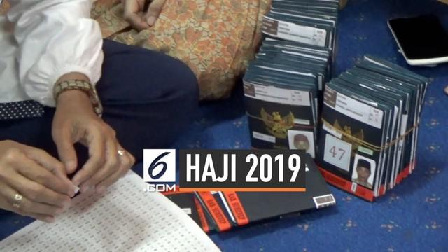 Tiga calon haji tertunda berangkat ke Tanah Suci akibat visa terselip. Hingga kini, pihak PPIH Embarkasi Surabaya masih mencari visa tersebut di Jakarta.