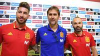 Pelatih Spanyol Julen Lopetegui (tengah) diapit defender Sergio Ramos (kiri) dan gelandang Andres Iniesta dalam jumpa pers jelang lawan Italia. (AFP / GABRIEL BOUYS)