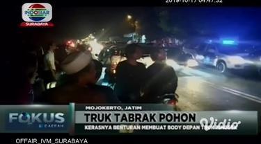 Diduga sopir mengantuk, sebuah truk tronton. Menabrak pohon pinggir jalan di Mojokerto, Jawa Timur.