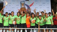 Tim sepak bola Putri Mataram meraih juara Bengawan Cup II, Sabtu (31/12/2016) di Stadion Sriwedari, Solo. (Bola.com/Romi Syahputra)