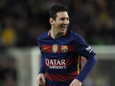 Bintang Barcelona, Lionel Messi tersenyum usai mencetak gol ke gawang Celta Vigo pada lanjutan La Liga Spanyol pekan ke-24 di Stadion Camp Nou, Barcelona. (AFP / Lluis Gene)