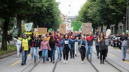 Sejumlah orang menggelar protes terkait kebakaran hutan Amazon di Bern, Swiss, Jumat (23/8/2019 ). (Peter Klaunzer / Keystone via AP)