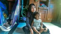 Remaja Andini mengasuh dua adiknya sendirian setelah ditinggal ibunya. (Liputan6.com/M Syukur)