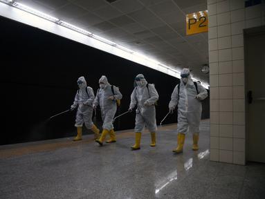 Petugas kebersihan APD melakukan disinfeksi di peron stasiun kereta bawah tanah di Ankara, Turki (19/11/2020). Turki pada Kamis (19/11) melaporkan 4.542 kasus baru COVID-19, menambah total infeksi coronavirus menjadi 430.170, seperti diumumkan Kementerian Kesehatan Turki. (Xinhua/Mustafa Kaya)