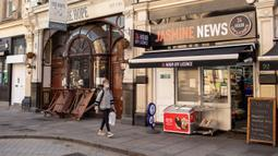 Pria yang memakai masker berjalan melewati pub yang tutup, London, Inggris, 16 September 2020. Kantor Statistik Nasional Inggris menyatakan tingkat pengangguran di Inggris naik menjadi 4,1 persen dalam tiga bulan hingga Juli, kaum muda menjadi golongan paling terdampak. (Xinhua/Tim Ireland)