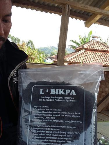Salah satu pengurus Lembaga Bimbingan Informasi dan Kosultasi Pertanian Agribisnis (LBIKPA) Garut, Jawa Barat menunjukan arang sekam dalam kemasan yang siap dijual kepada masyarakat.