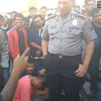 Layaknya komika terkenal, anak jalanan di Medan ini Stand Up di depan polisi. | via: facebook.com