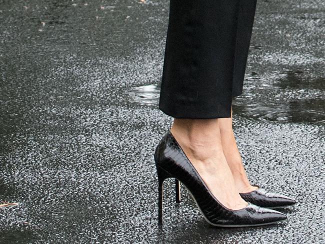 First Lady Melania Trump menggunakan sepatu hak tinggi ke daerah bencana (AFP/Nicholas Kamm)
