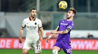 Pemain AS Roma, Henrikh Mkhitaryan, berebut bola dengan pemain Fiorentina, Gaetano Castrovilli, pada laga Liga Italia di Stadion Artemio Franchi, Rabu (3/3/2021). AS Roma menang dengan skor 2-1. (Jennifer Lorenzini/LaPresse via AP)