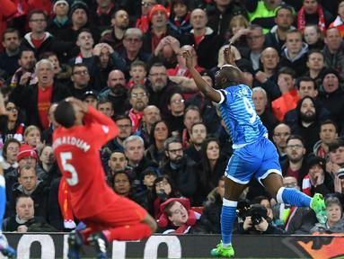 Striker Bournemouth, Benik Afobe, melakukan selebrasi usai mencetak gol ke gawang Liverpool dalam laga lanjutan liga Inggris di Stadion Anfield, Rabu (5/4/2017). Liverpool ditahan imbang dengan skor 2-2. (AFP/ Paul Ellis).