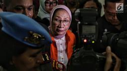 Tersangka kasus dugaan penyebaran berita hoaks, Ratna Sarumpaet keluar dari ruang tahanan Polda Metro Jaya, Kamis (31/1). Penyidik melimpahkan Ratna Sarumpaet dan barang bukti kepada Kejaksaan Tinggi (Kejati) DKI Jakarta. (Liputan6.com/Faizal Fanani)