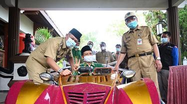 Siswa SMA Muhammadiyah Gombong, Kebumen sukses merakit mobil listrik bertenaga surya yang ramah lingkungan yang dinamai Spectre. (Foto: Liputan6.com/Rudal Afgani Dirgantara)