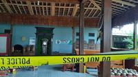 Garis polisi di pasang di lokasi pembunuhan satu keluarga seniman di Rembang. (Liputan6.com/Ahmad Adirin)