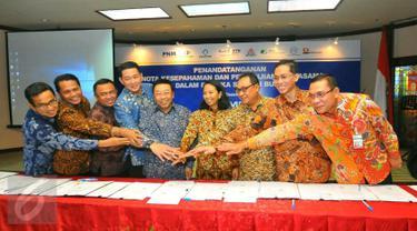 Mentri BUMN Rini Soemarno foto bersama usai penandatanganan kerja sama 7 BUMN di Kementrian BUMN, Jakarta, Kamis (39/12). Kerja sama ini guna meningkatkan penghimpunan dana pihak ketiga (DPK) dan penyaluran kredit perseroan. (Liputan6.com/Angga Yuniar)