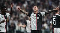 Striker Juventus, Federico Bernardeschi, merayakan gol yang dicetaknya ke gawang Leverkusen pada laga Liga Champions di Stadion Juventus, Turin, Selasa (1/10). Juventus menang 3-0 atas Leverkusen. (AFP/Isabella Bonotto)