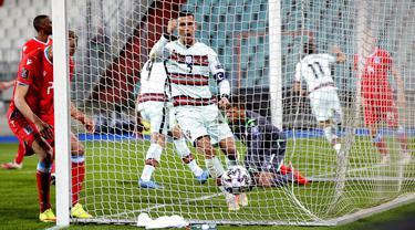 Ekspresi pemain Portugal Cristiano Ronaldo (tengah) saat rekan setimnya Joao Palhinha (kedua kanan) mencetak gol ke gawang Luksemburg pada pertandingan Grup A kualifikasi Piala Dunia 2022 di Stadion Josy Barthel, Luksemburg, Selasa (30/3/2021). Portugal menang 3-1. (AP Photo/Olivier Matthys)