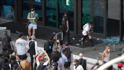 Demonstran memecahkan kaca di pintu masuk kantor pusat CNN selama aksi protes di Atlanta, Georgia, Jumat (29/5/2020). Massa yang mengecam kematian George Floyd (46) oleh polisi melakukan vandalisme dan perusakan gedung CNN pusat. (Alyssa Pointer/Atlanta Journal-Constitution via AP)