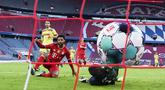 Striker Bayern Munchen, Serge Gnabry, mencetak gol ke gawang FC Koln pada laga Bundesliga di Stadion Allianz, Minggu (27/2/2021). Bayern menang dengan skor 5-1. (Sven Hoppe/dpa via AP)