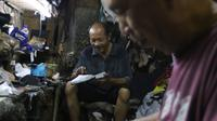 Seorang perajin menyelesaikan pembuatan sepatu di Jakarta, Jumat (17/1/2020). Pengamat menilai perlambatan pertumbuhan kredit usaha mikro, kecil, dan menengah (UMKM) berpotensi tidak akan berlanjut pada tahun ini. (Liputan6.com/Angga Yuniar)