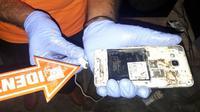 Bocah tewas tersengat listrik saat mengisi daya telepon genggam (Ola Keda/Liputan6.com)