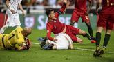 Bintang timnas Portugal, Cristiano Ronaldo dilanggar pada laga kedua kualifikasi Piala Eropa 2020 yang berlangsung di Stadion Da Luz, Lisbon, Senin (27/3). Portugal raih hasil imbang 1-1 kontra Serbia. (AFP/Patricia de Melo)