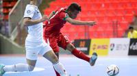 Penggawa Timnas Futsal Indonesia U-20, Andriansyah Runtuboy melepaskan tembakan ke gawang Tajikistan. Dalam laga ini, Timnas Futsal Indonesia U-20 menang 5-3 atas Tajikistan pada laga pembuka Grup B Piala Asia Futsal U-20, Selasa (16/5/2017). (AFC)