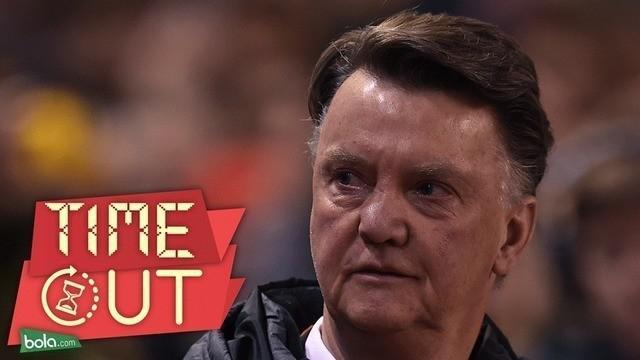 Manajer Manchester United, Louis van Gaal, tak ingin ambil pusing mengenai kritikan Rio Ferdinand dan Paul Scholes usai menelan kekalahan 0-2 dari Liverpool dalam laga leg pertama 16 besar Liga Europa.
