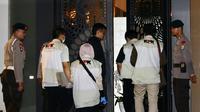 Sejumlah penyidik kenakan rompi KPK masuk ke dalam rumah tersangka Ketua DPR RI Setya Novanto dengan pengawalan ketat dari aparat kepolisian Brimob di Jalan Wijaya 13 No 19, Jakarta Selatan, Kamis (16/11). (Liputan6.com/Johan Tallo)