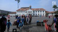Wisatawan menikmati suasana kawasan Kota Tua, Jakarta, Sabtu (8/6/2019). Selama libur lebaran 2019, sejak 7 Juni kemarin hingga beberapa hari kedepan, jam berkunjung ke berbagai museum di kawasan wisata sejarah Kota Tua diperpanjang hingga pukul 20.00 WIB. (Liputan6.com/Faizal Fanani)