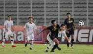 Penyerang Timnas Indonesia, Osvaldo Haay, berusaha melewati pemain Bali United pada laga uji coba di Stadion Madya, Jakarta, Minggu (7/3/2021). Indonesia menang dengan skor 3-1. (Bola.com/ Ikhwan Yanuar Harun)