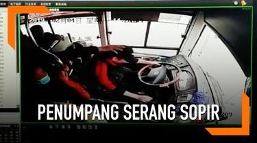 Penumpang menyerang sopir yang mengendarai bus dengan 50 penumpang. Alasannya karena sopir tidak mau menunggu teman si penumpang yang sedang ke toilet.