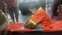 Bandar narkoba duduk di tandu setelah kakinya ditembak personel Polda Riau. (Liputan6.com/M Syukur)
