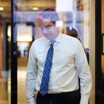 Jurnalis CNN, Jim Acosta melewati pemeriksaan keamanan saat memasuki pengadilan federal untuk menghadiri sidang di Washington, Rabu (14/11). CNN menggugat Presiden Donald Trump  atas penarikan izin meliput salah satu wartawannya. (AP/Manuel Balce Ceneta)