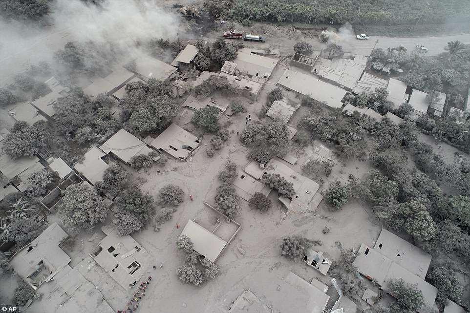 Letusan Gunung Fuego di Guatemala menelan banyak korban jiwa, tim SAR berjuang untuk mencari korban selamat di mana rumah dan jalan-jalan hangus dan diselimuti abu. (AP)